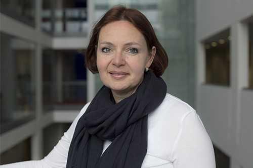 Julia Yates image